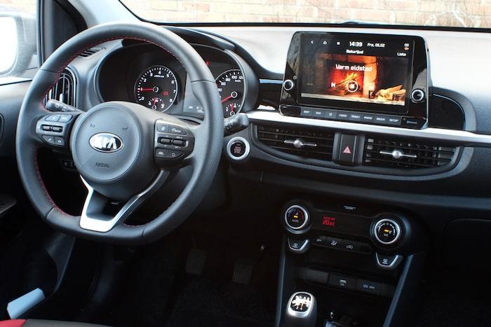 Större pekskärm med knappsats nertill är nytt invändigt. Systemet UVO Connect har uppderats och ger tillgång till onlinefunktioner samt möjlighet till att styra en del av bilens funktioner på distans.