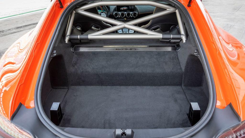 Inte helt opraktisk. Raceoverall, kördojjor och hjälmen ryms enkelt i skuffen. Lastvolym 175 VDA-liter.