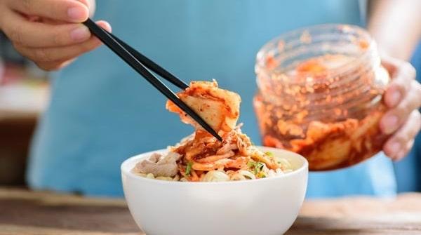 Gör en stor sats kimchi och ha hemma i kylen. På så sätt kan du enkelt komplettera din mat med massor av nyttiga mjöksyrebakterier.