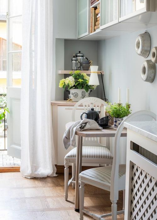 Från köket nås en av lägenheternas två balkonger. Stolar med randigt tyg, från Bohem. Koppar och kanna, Ikea. Lampa, Brittfurn.