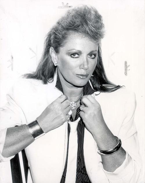 Den oefterhärmliga författaren Jackie Collins fotograferad på 80-talet då tantsnuskgenren frodades första gången.