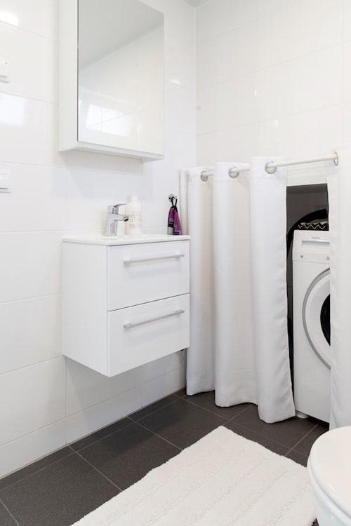 I badrummet finns en vägghängd kommod för att få mer golvyta.