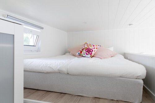 Uppepå det lilla loftet finns plats för en 160 cm bred säng.