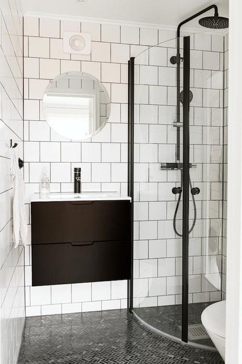 Badrummet är stilrent och lättstädat med vägghängd kommod.