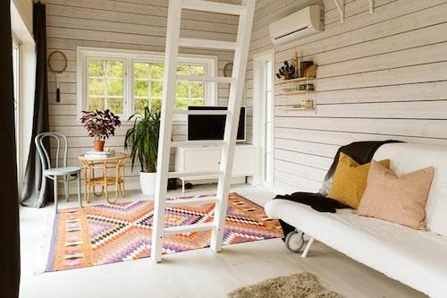 – Vi ville ha en väldigt skandinavisk stil, fräsch och ljus, som vi också har i stora huset, säger Hanna.