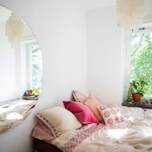 Matrummet i Linns funkisetta har blivit sovrum. Här råder total frid, på väggen finns en spegel för ljusets skull.