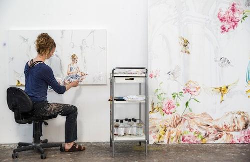Under lång tid stod Linn upprätt och målade – numera föredrar hon att sitta för att spara kroppen. Och hon lyssnar alltid på ljudböcker när hon arbetar.