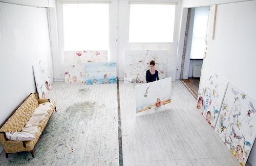 I ett industriområde i västra Stockholm har Linn Fernström sin 200 kvm stora, ljusa ateljé.