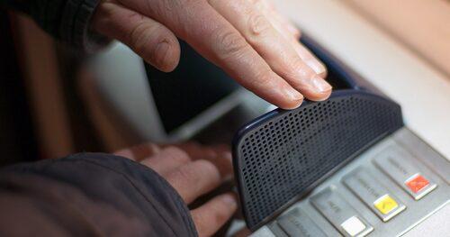 Skydda alltid din PIN-kod genom att täcka för med ena handen. Känn även så att knappsatsen sitter ordentligt fast. Känns den lös kan den vara en fejkad knappsats som registrerar din PIN-kod, då hjälper det inte att hålla för med handen. Foto: MrGanso