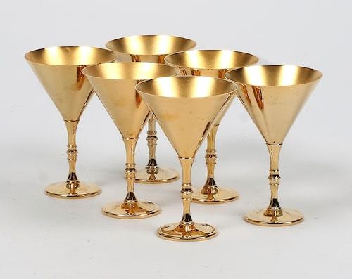 Sju cocktailglas i mässing från Skultuna, klubbade för 600 kr på Stadsauktion Sundsvall.