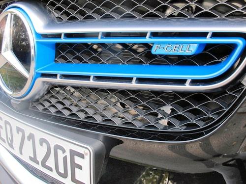 F-cell står det i grillen som är elektriskt blå. I övrigt är det svårt att exteriört särskilja bränslecellsbilen.