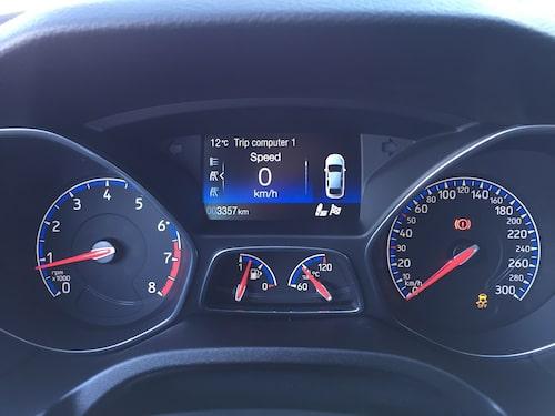 Ford håller fast vid analoga mätare. I mitten finns dock en digital skärm för färddatorn.
