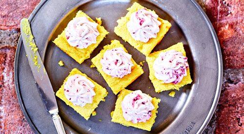 Recept på ostkaka med mandel, citron och saffran.