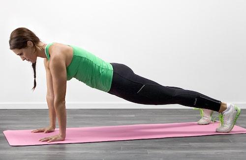 Armhävningar tränar bröst, mage, rygg, armar och axlar. Olga Rönnberg visar.