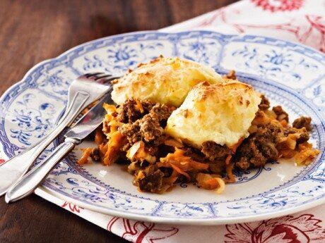 En smakrik och mustig lammgryta under fluffigt potatismos - perfekt bjudmat till många.