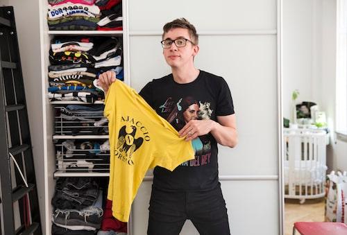Egenkomponerade t-shirts – mashups – konsertmerch och en och annan fotbollströja utgör merparten av garderoben. I spegelbilden sonen Sebastians säng från Stokke.
