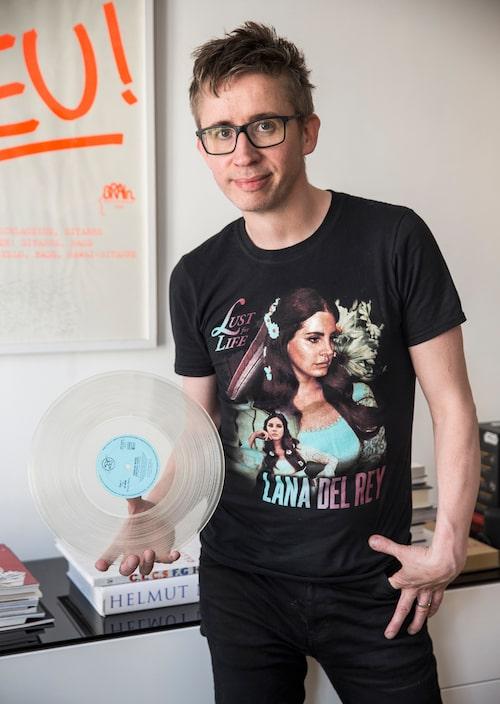 """Dagens köp, en Depeche Mode-platta i genomskinlig vinyl. Den amerikanska artisten Lana Del Rey (tröjan) är med sin hängivenhet för popkultur, """"mer fan än sina fans"""", som Fredrik Strage uttryckt det, på sätt och vis en parallell till honom själv."""