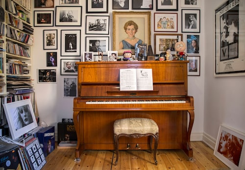 Vid pianot hemma i fyrarummaren på Kungsholmen har många musiker slagit sig ner. På väggen varvas familjeporträtten med artistbilder.