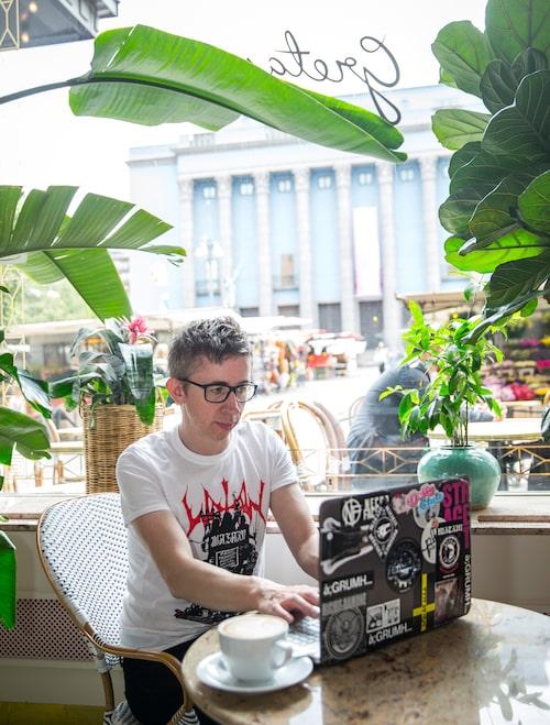 """Kafe Gretas på Haymarket vid Hötorget är trevligt att sitta och jobba på, med den välklistrade laptopen. """"Jag gillar kontrasterna i livet, 1920-talsestetiken här är som ur filmen Den store Gatsby."""""""