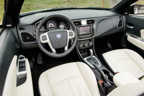 Det blir till att syna logotypen i ratten för att förstå att du kör italienskt. Sköna stolar.