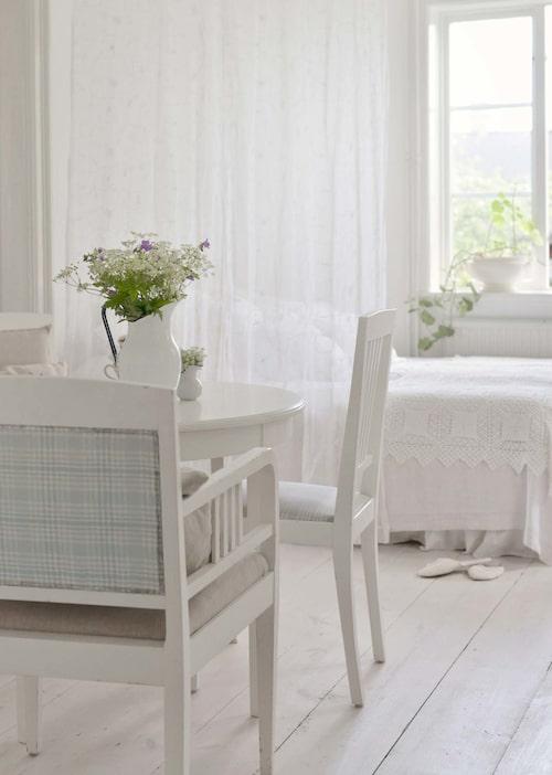 Bord och stolar inropade på auktion i Lönneberga.
