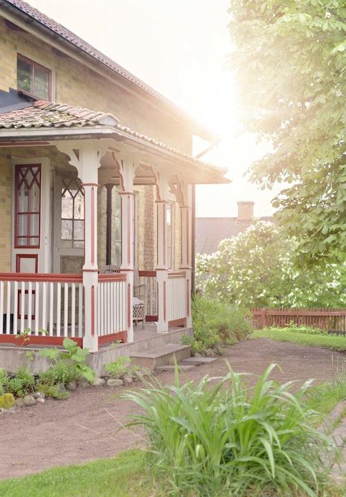 Tegelfasaden kom tillkom på 70-talet, men de vackra snickerierna skänker ändå Astrid Lindgren-känsla åt den gamla smålandsgården i Lixerum utanför Lönneberga.