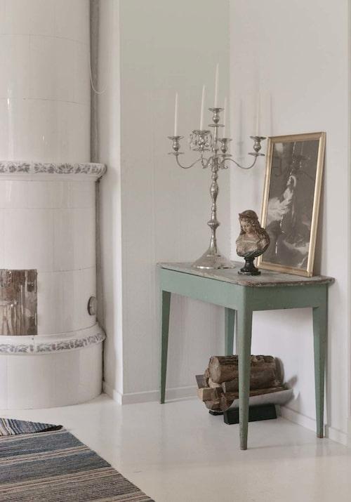 Kandelabern är ny och från Ikea, övriga föremål tillhör gårdens historia.