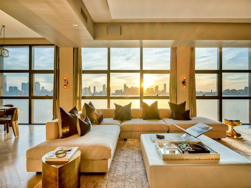 Speglad loungesoffa bjuder in till att slå sig ner. Foto: Douglas Elliman Real Estate