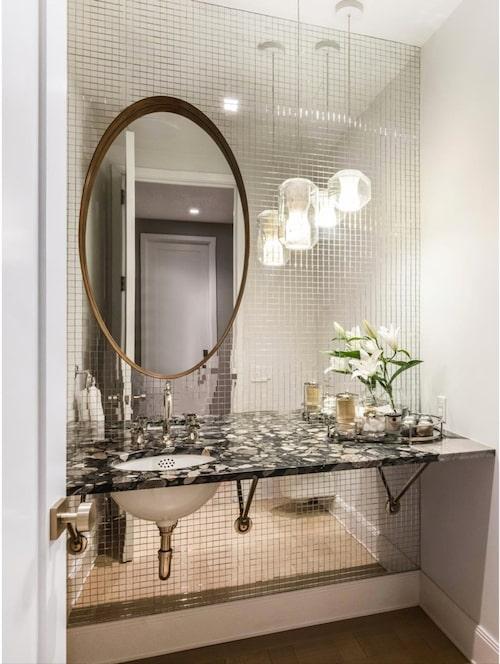 Spegelmosaik ger rymd åt badrummet. Foto: Douglas Elliman Real Estate