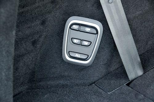 Ryggstöden fälls med en elektrisk release intill bakluckan. Men fälla upp dem görs med handkraft.