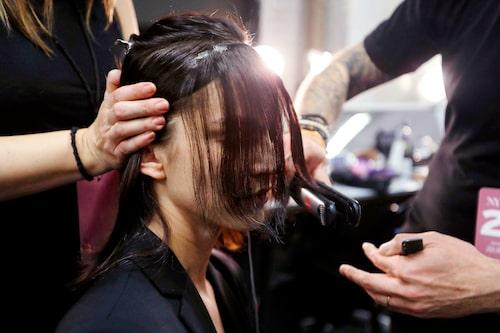 Vi guidar dig till att lyckas med att platta håret som på salong.