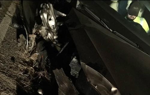 Bilen tog kraftig skada av avåkningen som enligt föraren beror på Teslas Autopilot-funktion. Nu vill han att Tesla utreder olyckan och hur den kunde inträffa.