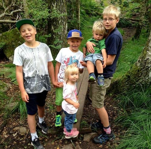 Nils tillsammans med sina syskon (fr v): John, Oskar, Alva och Carl. Foto: Privat