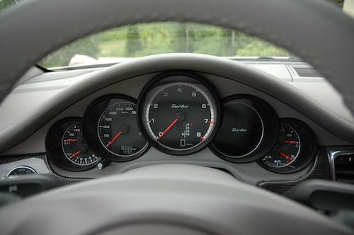 De klassiska Porsche-mätarna känner vi igen.