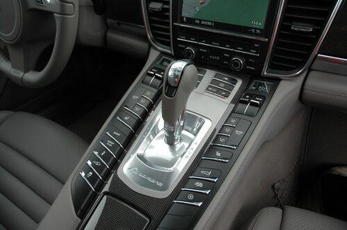 Den kraftiga mittkonsolen skiljer förare och passagerare åt på ett distinkt sätt.