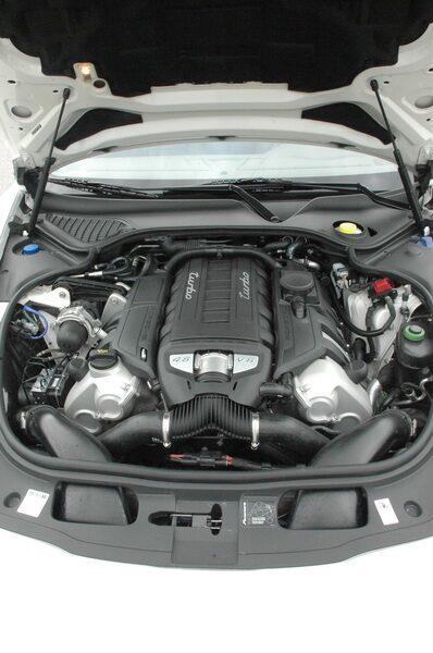 Effektuttaget är 500 hk i Panamera Turbo. Med Sport Chrono Package tillåts turbo motorn mata ut totalt 770 newtonmeter och 0–100 km/h går på 4,2 sekunder.