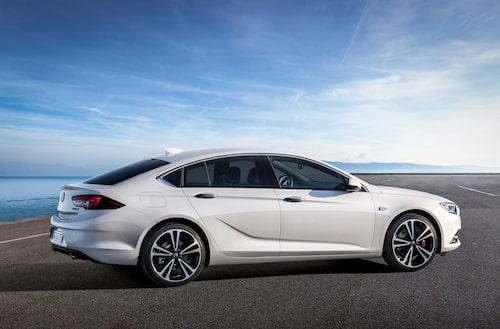 Slanka coupéliknande former är det som gäller för Opel numera. Man vill sudda ut gamla fördomar, en gång för alla. Just från denna vinkel får man hyfsat kraftiga Volkswagen CC-vibbar (främst bakluckan och bakljusen).