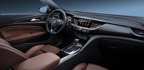 Kommer du ihåg härvan med knappar på mittkonsolen Insignia hade när den kom som årsmodell 2009? När modellen ansiktslyftes inför 2014 hade Opel reducerat antalet rejält och med nya Insignia Grand Sport är det ännu färre knappar. Stilrent och prydligt, som det bör se ut i en bil när det snart står 2017 i kalendern (i skrivande stund).
