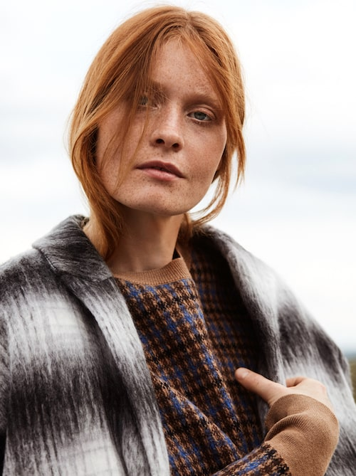 Grå kappa av ull/polyester, stl 34-44, 1 299 kr, Carin Wester Åhléns. Stickad tröja av ull, stl 34-42, 6 800 kr, Stella McCartney.