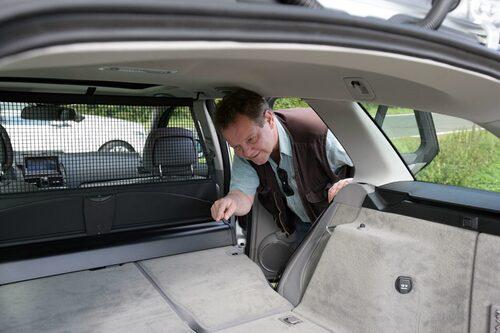 Reporter PeO Kjellström är inte helt nöjd med att lastytan inte blir plan. Men i stort sett trivs han bra.