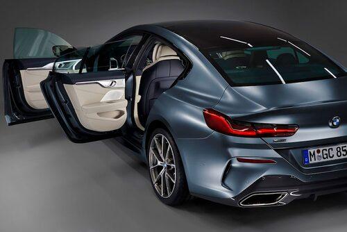 Karmlösa dörrar som sig bör hos en coupé.