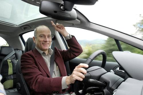 Mikael Stjerna gillar glastaket som är ett av flera tillval som ger lyxkänsla i lilla mellanklassbilen. Pris cirka 4 000 kronor.