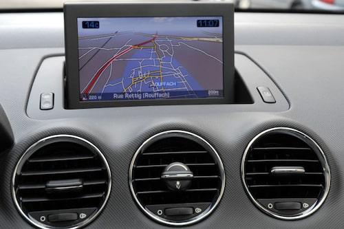 Ett multimediasystem finns som tillval. I systemet ingår bland annat GPS-navigation, cd-radio och mobiltelefon. Allt styrs via en uppfällbar färgskärm på sju tum.