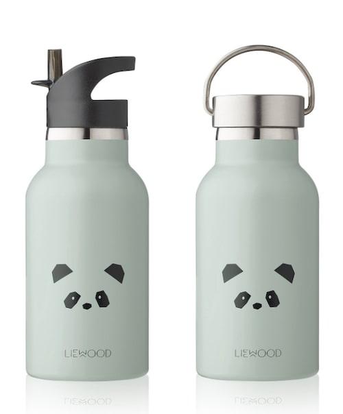 Vattenflaska i rostfritt stål med två olika lock från Liewood. Packa först ned den i BB-väskan, och låt en sedan följa med i barnvagnen.