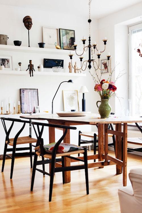 Slagbordet i bakgrunden fick Marianne i present när hon som 18-åring sommarjobbade i en antikaffär.