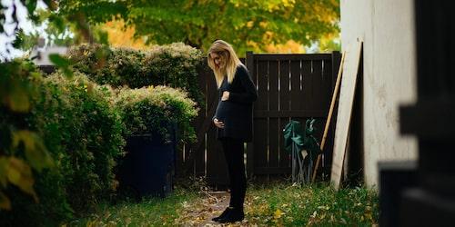 Bebisens sparkar känns ofta någon gång mellan graviditetsvecka 17 och 20 eller tidigare – men inte förrän i vecka 25 finns det förutsättningar för alla gravida att känna sparkarna.