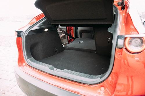 Lastutrymmet är ganska bra med tanke på bilens längd och den sluttande bakluckan.