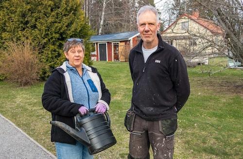 Johan Persson och Lotta Svenander har bott vid väg 76 i sju år. De är glada att fartkameran finns, men vill gärna ha en till.