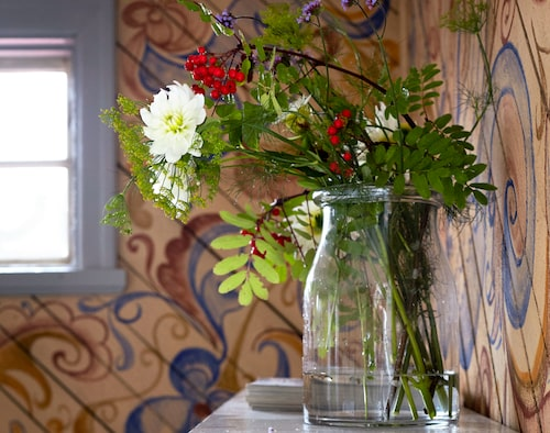Skänken fanns i huset sedan gammalt.Glasvas från Ikea.