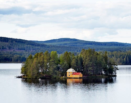 När man färdas med bil eller tåg söderifrån ser man tydligt det stora gula båthuset på ön i sjön Barken.